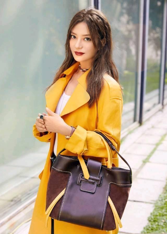 黄色小�9.lzf�9��h�9�$9.��l#��@_同样是黄色风衣超模何穗更具女神范儿