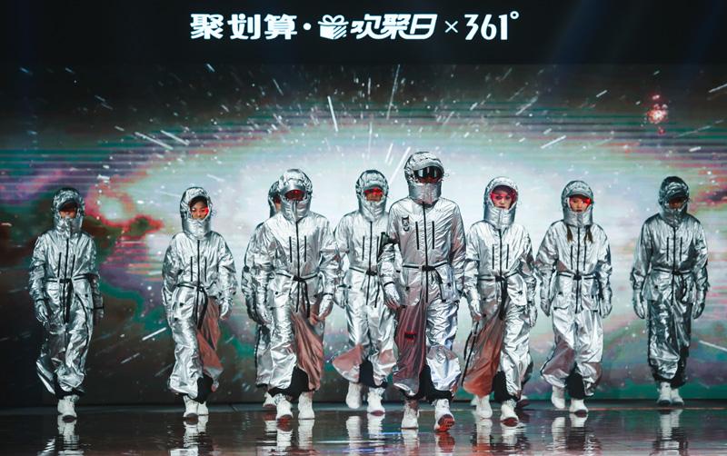 王涛助阵361度三体联名时装秀